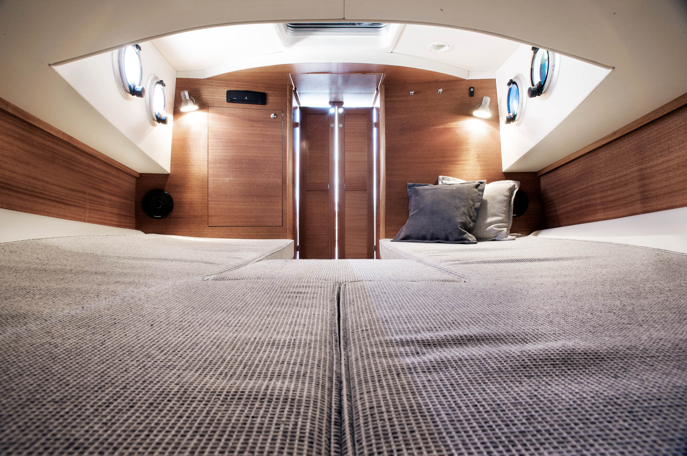 The forecabin of a Paragon 25. Two beds or sofas with pillows and windows on the side