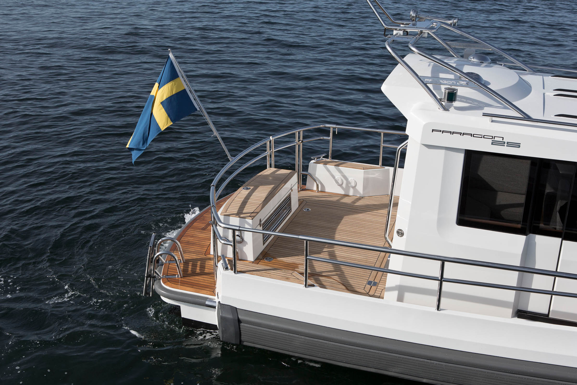 Paragon 25 motorboat from above with a swedish flag